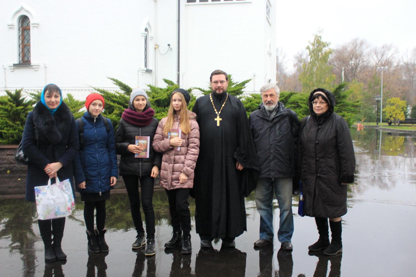 Педагоги и учащиеся московской школы № 1449 в гостях в храме Св. мч. Уара