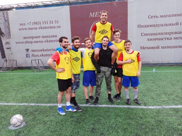 Товарищеская встреча на футбольном поле в Вешках