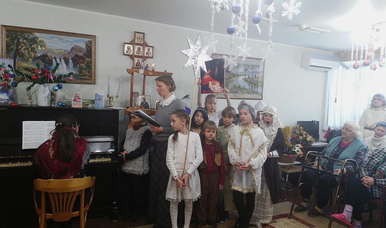 13 января в воскресенье на приходе Св. мч Уара состоялся традиционный рождественский праздник. Радостью о воплотившемся Спасителе дети поделились и с жителями поселка, прославляя Христа рождественскими колядками.