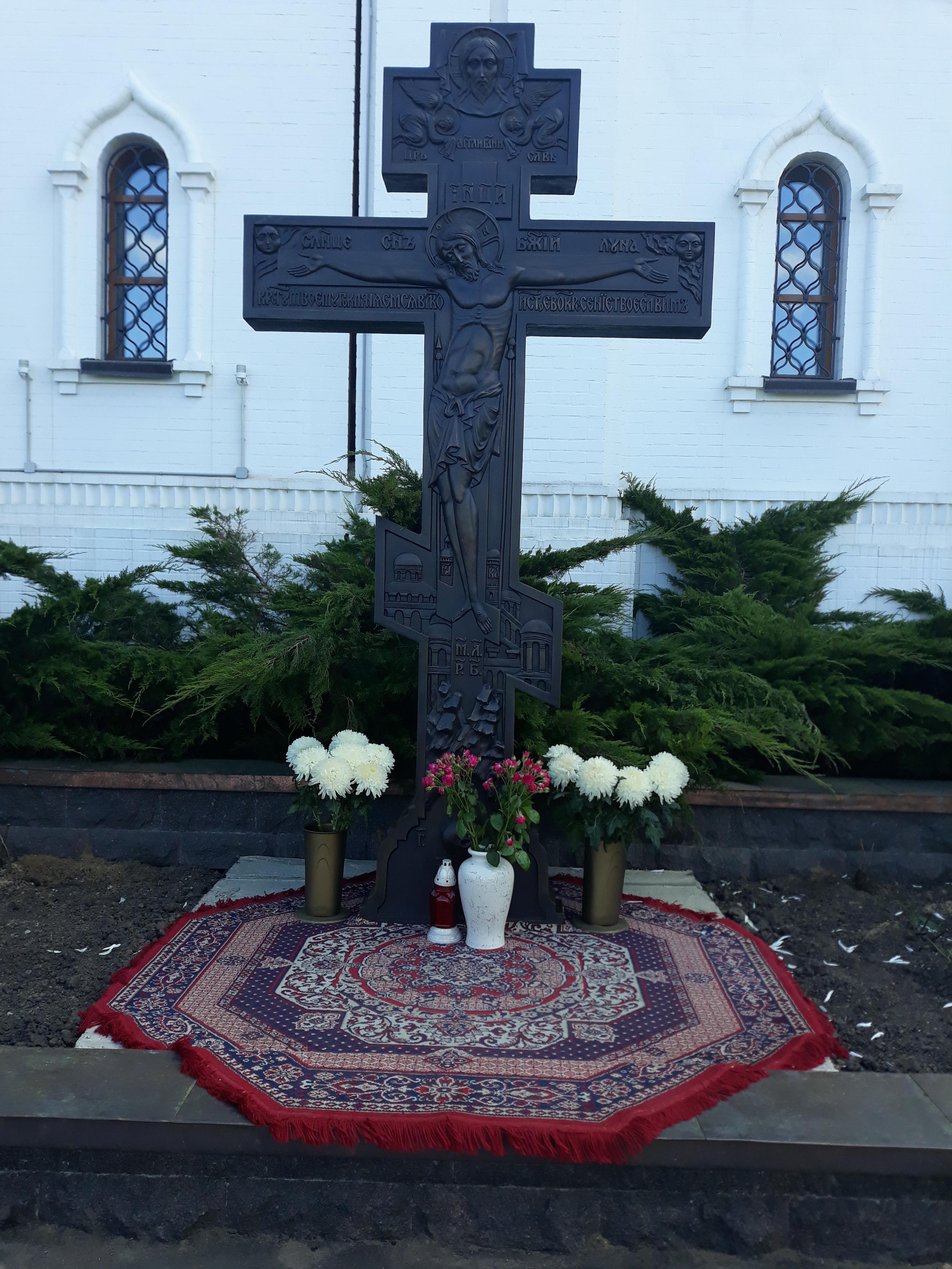На территории храма Святого мучника Уара установлен и освящен Поклонный Крест